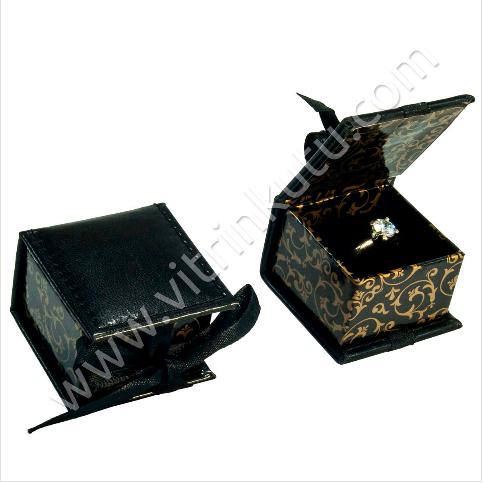 - Kurdelalı Yüzük Tektaş Kutusu Deri 7x7 cm Siyah
