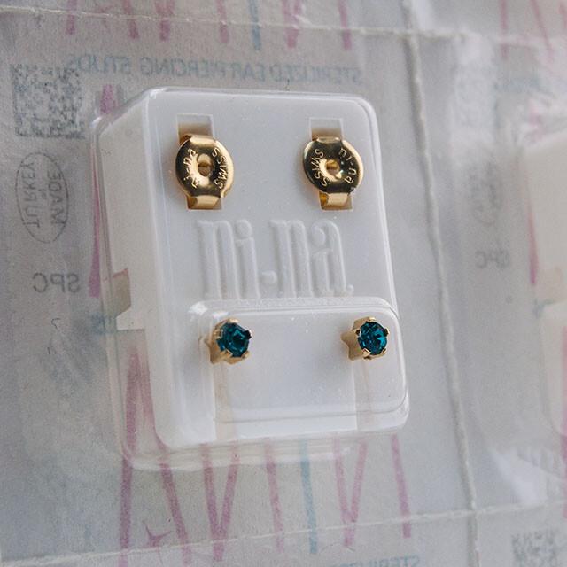 - Steril Kulak Delme Küpesi 12 Çift Tırnaklı Nina Altın Emerald