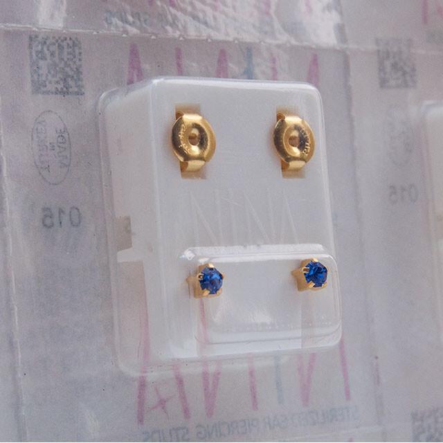 - Steril Kulak Delme Küpesi 12 Çift Tırnaklı Nina Altın Sapphıre